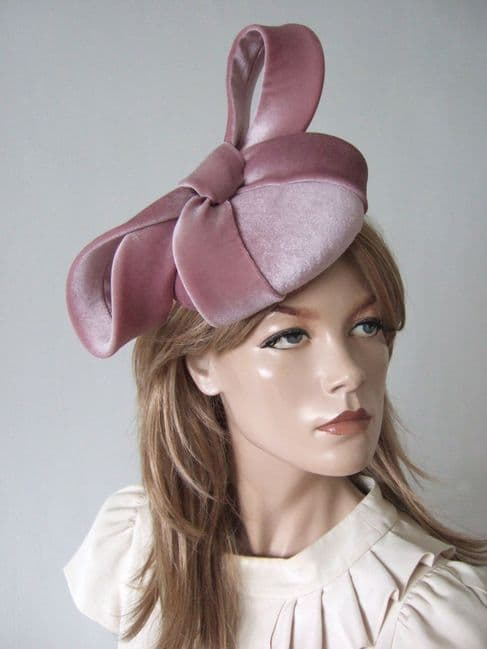 Dusky Pink Velvet Fascinator Cocktail Hat Headpiece for Winter Mother of the Bride outfits, Autumn Wedding Guest Hats, What to wear to a Winter Wedding. Dusty Pink Fascinator. Velvet Hats. Dusty Pink Velvet Fascinator. Fascinator for an Autumn Wedding. Fascinator for a Winter Wedding.