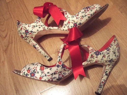 MANOLO BLAHNIK Cream Floral & Red Ribbon Bow Leather Peep Toe Heels Shoes 40 7